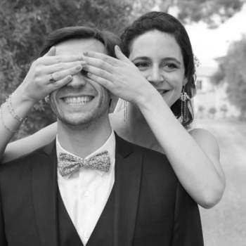 Photo : Cécile Humenny - À Toulouse, Cécile aime les clichés pris sur le vif, qui se révèlent être les plus authentiques et spontanés. Preuve de son talent, cette photo en noir et blanc symbolise l'amour et la complicité de ce couple de jeunes mariés.