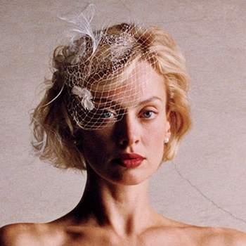 Década de los años 20´s con rizos anchos estilo Gatsby con flequillo discretamente recogido a un lado para lucir un tocado de malla.