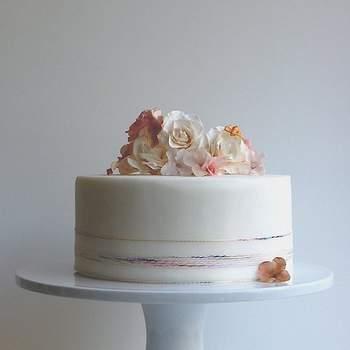 É no seu belíssimo estúdio, a poucos minutos de Washington DC, que Maggie Austin cria, desde 2010, bolos de casamento e outras relíquias doces que fazem as delícias até de quem apenas os vê ao longe, como nós. Inspire-se nesta ex-bailarina clássica e actual pasteleira haute couture.