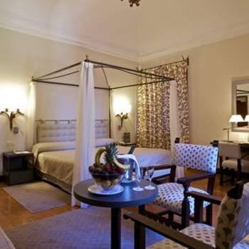 """Si siempre has soñado con descansar al menos una vez en tu vida en una preciosa cama de época con dosel incluido, en Paradores podrás elegir entre una amplia variedad de habitaciones y suites con un estilo clásico y un toque medieval, como esta del Parador de Ávila. Foto: <a href=""""http://zankyou.9nl.de/wdbk"""" target=""""_blank"""">Paradores</a><img src=""""http://ad.doubleclick.net/ad/N4022.1765593.ZANKYOU.COM/B7764770.4;sz=1x1"""" alt="""""""" width=""""1"""" border=""""0"""" /><img height='0' width='0' alt='' src='http://9nl.de/xyl3' />"""