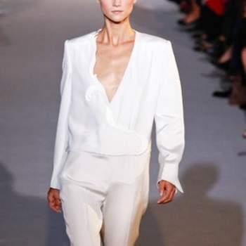 Tailleur pantalone bianco per una sposa che ama l'eleganza controcorrente