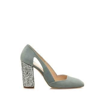 Zapato de salón cerrado con tacón alto en glitter y aberturas en los laterales. Credits: Hannibal Laguna shoes