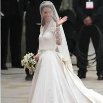 Oramai leggendario l'abito da sposa di Kate Middleton con corpetto in pizzo, profondo scollo a V e ampia gonna ricamata