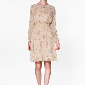 Modèle Zara beige avec léger imprimé fleuri. Une touche printanière pour une robe à porter à l'occasion d'un mariage. Photo : www.zara.com