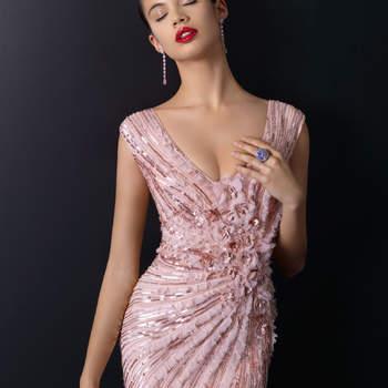 """Abito con ampia scollatura a V e dettagli gioiello su tutta la lunghezza  <a href=""""http://zankyou.9nl.de/vve6"""" target=""""_blank"""">Scopri la nuova collezione di Rosa Clarà 2015</a>"""
