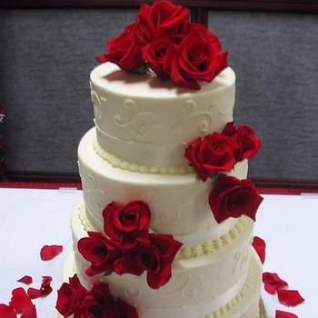 Torta en cuatro pisos decorada con rosas