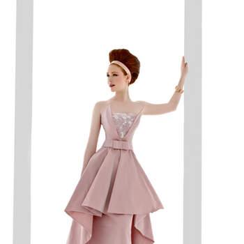 abito sposa tre pezzi in tafta' rosa antico e pizzo ricamato avorio. Gonna, top, sopragonna chiusa davanti da cintura con fiocco.