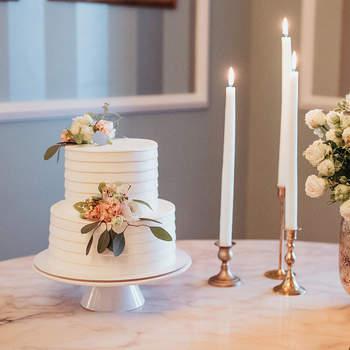 Os bolos de casamento simples não têm de ser sem graça: dê atenção aos detalhes | Créditos: Velvet