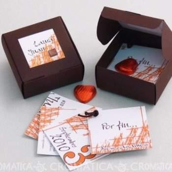 Preciosa caja cuadrada en color café oscuro con varias hojas para la invitación más dos corazones rojos en chocolate.