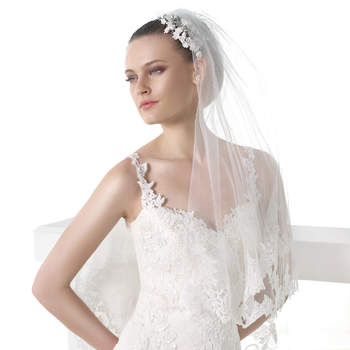 "<a href=""http://zankyou.9nl.de/n84e"" target=""_blank"">Click here</a> to request an appointment with Pronovias."