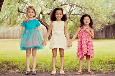Verspielte und trendige Blumenmädchen-Kleider von Love Jay Girls