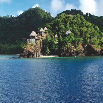 """Após o <a href=""""https://www.zankyou.pt/p/miranda-kerr-casou-se-de-surpresa-e-em-segredo"""">casamento</a>, a supermodelo e o CEO da Snapchat voaram para as ilhas Fiji para celebrarem o amor no resort da Laucala Island, um resort de luxo que interfere o menos possível com a Natureza, um lugar encantador e luxuoso no Pacífico com águas turquesa e uma natureza exótica de perder o fôlego. Foto: Laucala Island Resort"""
