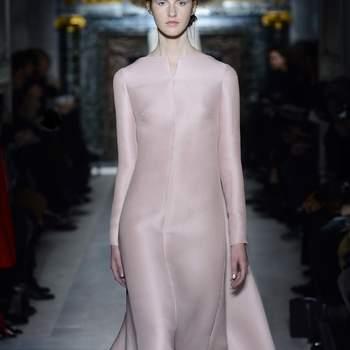 Si quieres darle un toque de color a tu vestido de novia, esta propuesta de Valentino puede servirte de inspiración. Foto: Valentino.