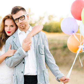 Hallo, wir sind Esther und Gabe. Wir kennen uns schon seit über 10 Jahre.  Bevor wir uns kennengelernt haben, war unser Leben nicht langweilig, aber zusammen ist es lebendiger und aufregender. Wir haben uns in New York kennengelernt und haben gemeinsam die Schule in Florida besucht. Danach hat unsere Profikarriere getrennte Wege genommen: Esther ist Baby Fotografin geworden, während ich mich in der Modefotografie wiedergefunden habe. Unsere Freunde haben sich gewünscht, dass wir sie auf ihren Hochzeiten fotografieren. Das wurde später unsere Leidenschaft.  Wir haben den besten Job der Welt, weil wir das machen, was wir lieben. Während wir viel reisen, lernen wir andere Kulturen und Menschen kennen.  Also sagen Sie uns, wo Sie sind oder wo Sie sein werden und wir fliegen gleich dorthin!