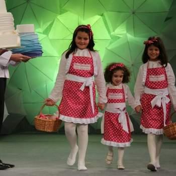 """<a href=""""https://www.zankyou.pt/f/anacris-cake-3567"""">Desfile de bolos de noiva num evento da Madeira. Foto: AnaCris Cake </a>"""