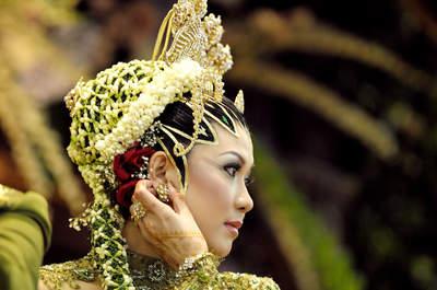 Como se vestem as noivas no oriente? Conheça as impressionantes tradições!