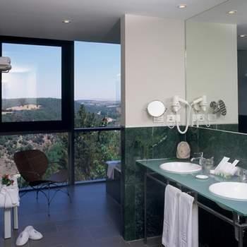 """Sabemos que los baños son tan importantes como la propia habitación a la hora de escoger el lugar en el que pasarás tu noche de bodas, En Paradores no se olvidan de ello y también te ofrecen instalaciones espectaculares, con todas las comodidades y con detalles como estos del Parador de Soria. Foto: <a href=""""http://zankyou.9nl.de/wdbk"""" target=""""_blank"""">Paradores</a><img src=""""http://ad.doubleclick.net/ad/N4022.1765593.ZANKYOU.COM/B7764770.4;sz=1x1"""" alt="""""""" width=""""1"""" border=""""0"""" /><img height='0' width='0' alt='' src='http://9nl.de/xyl3' />"""