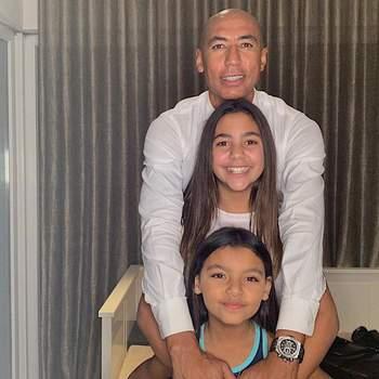 «Olha o tamanho das minhas princesas já» escreveu Luisão na legenda da foto com as filhas. | Foto reprodução Instagram @luisao4oficial