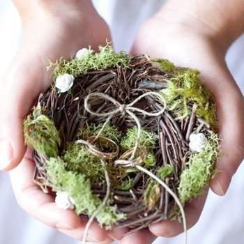 Portafedi realizzato con rami intrecciati a formare un piccolo nido