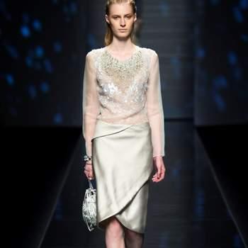Camicia trasparente con dettaglio gioiello sulla scollatura e gonna a portafoglio in satin color ghiaccio