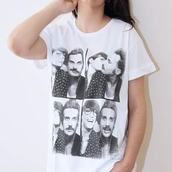 Una maglietta stampata di Mary Luis