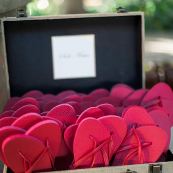 chinelos vwrmelhos em uma mala vintage. Credits: Jamie Grenough Photography