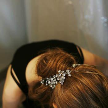La clé de ce look : le chignon bas, discrètement remonté sur la nuque, qui permet d'ajouter broches et tiares à la coiffure.
