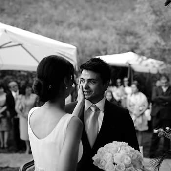 """«Já se sabe que o dia do casamento é um dia especial, um dia repleto de emoções fortes. Este foi uma casamento íntimo realizado em casa com muitos poucos convidados, mas com muito calor humano. O noivo após o """"sim"""" emocionou-se, e com um toque suave a sua noiva o acaricia na face. Sente-se o verdadeiro Amor nesta simples fotografia.»  www.quemcasaquerfotos.com"""