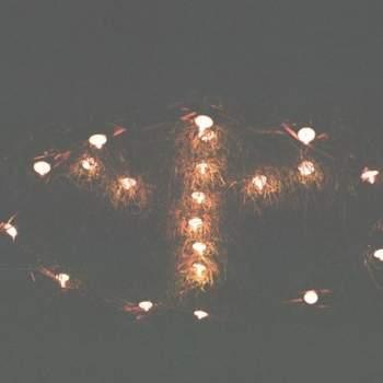Luces formando el símbolo de la paz.