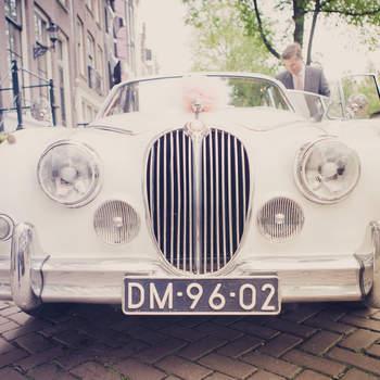 Este Jaguar clásico es uno de los modelos favoritos de los novios. Foto: 2Rings Trouwfotografie y Feestudio