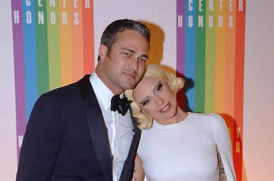 ¡Lady Gaga se casa! Anuncia su compromiso con Taylor Kinney mostrando su anillo