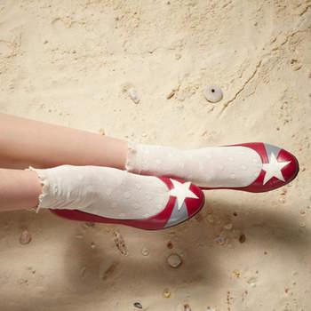 Des chaussures de mariée toutes plates avec une étoile sur le devant, très star !