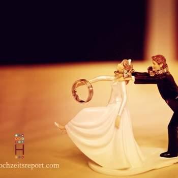 Divertente cake topper in cui lo sposo cerca di trattenere la sposa in fuga