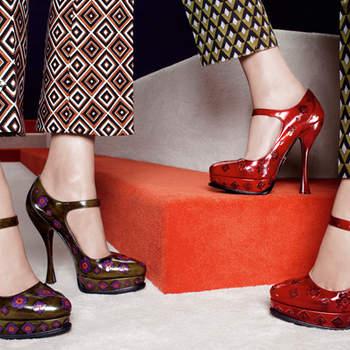 Due modelli Mary Jane con tacco a rocchetto,cinturino e stampa optical. Foto: www.prada.com