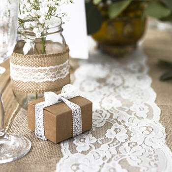 Camino de mesa Yute y Encaje Floral- Compra en The Wedding Shop