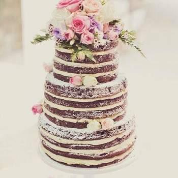Os naked cakes continuam a ser uma opção de bolos de casamento muito procurada pelos noivos | Créditos: Receitas Com Segredo