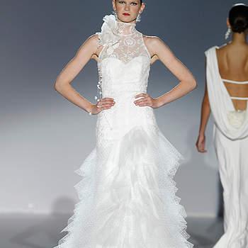 Dentelle et fleurs au niveau du cou pour cette robe Cymbeline 2012 à la coupe  parfaite