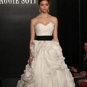 Vestido de noiva branco com cinto em preto, da colecção Maggie Sottero Primavera 2013.