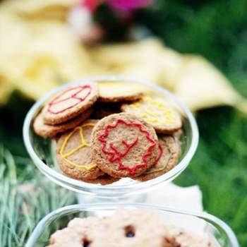 Galletas y dulces en recipientes de cristal.