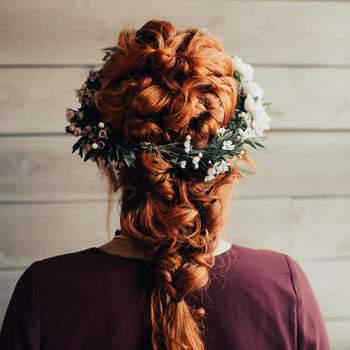 Cabelo de noiva preso com flores | Credits: Briana Nolan Photography