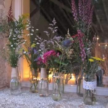 """""""La idea de la decoración basada en velas y tarros reciclados también la aplicamos en las ventanas de la vaquería, la misma ventana por la parte de fuera tenía un mix de botellas, y por la parte de dentro pusimos velitas en tarros que crearon un ambiente precioso"""", explican. Foto: oh!myWedding. http://www.ohmywedding.es/"""