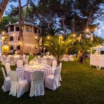 Si os casáis en Ibiza, este hotel rústico de estilo vanguardista dispone de todos los servicios necesarios para una boda de ensueño: instalaciones, gastronomía, música y decoración, entre otras comodidades.