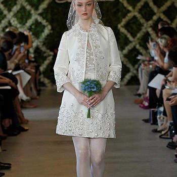Robe de mariée courte avec manches 3/4 et brodries raffinées. Au top pour un mariage civil. Photo : Oscar de la Renta