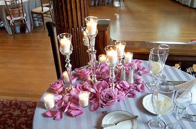 La decoración con candelabros puede darle un toque cálido a una boda de otoño. Foto: Concha Molina