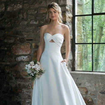 Modelo 44041, vestido de novia sin mangas con escote corazón y pequeña abertura triangular bajo el escote.