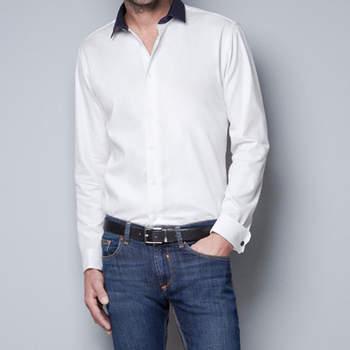 Con esta camisa bicolor con cuello haciendo contraste, serás uno de los invitados más a la última. Foto: Zara