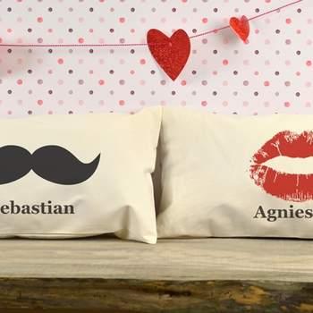 Takie spersonalizowane poduszki nie tylko będą cudowną pamiątką Walentynek, ale także wyjątkową dekoracją mieszkania. Źródło: crazyshop.pl