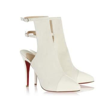 O sapato da noiva deve refletir todo seu estilo e atualmente são muitos os modelos. E se os sapatos coloridos já são muito usados, já pensou em optar por botas? Veja estes modelos lindos e chiques!