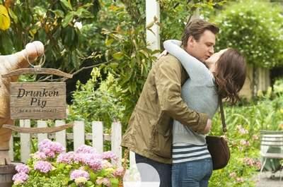 La pareja tendrá que superar múltiples impedimentos para celebrar su boda. Foto: Universal Pictures.