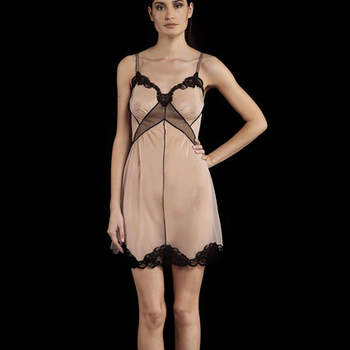 Nuisette en soie couleur nude, bordure de dentelle en bas et au niveau du décolleté. Collection : La Perla par JP Gaultier